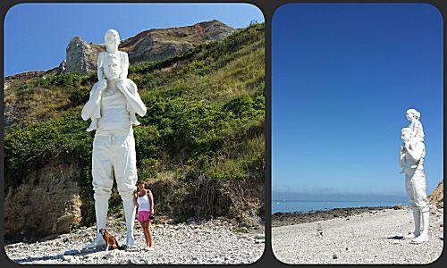 Een metershoog beeld van mand met meisje op de nek