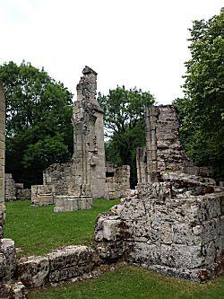 De ruines achter het gedenkteken
