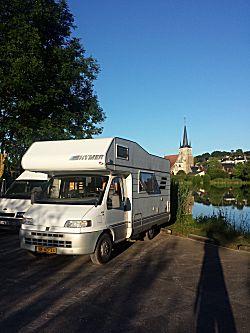 Bij het meer de camperplaats