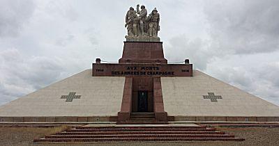Het monument onderweg