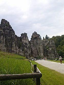 De rotsen vanaf een afstandje