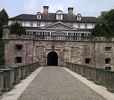 Het vooraanzicht naar het kasteel