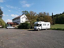 Camperplaats naast een hotel