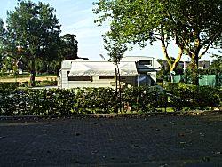 De camper staat op een rustige plek