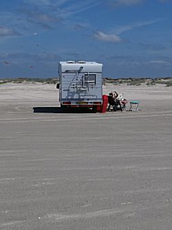 Op strand staan met de camper