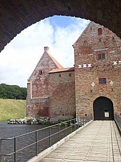 Het kasteel door de poort gezien