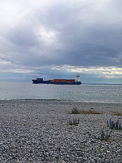 Grote zeeschepen varen veel langs