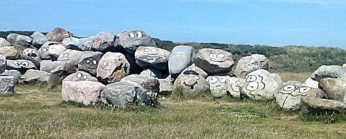 Stenen met geschilderde gezichten