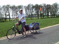Wim op de fiets met Bobby