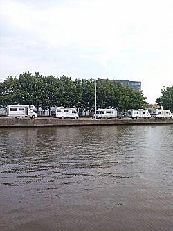 Met vijf campers op een rij