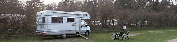 De camper op een camping