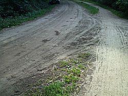 De zandweg naar de camping