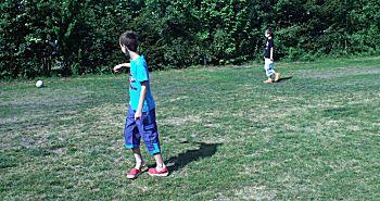 Voetballen op het gras