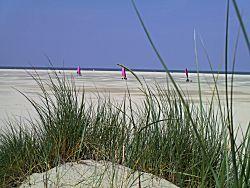 Rijden met een zeil op strand