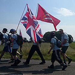 Vlaggen worden meegedragen